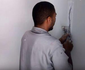 Como consertar uma trinca na parede
